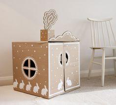 DIY cardboard play house / Oh la belle maison en carton! Cardboard Box Houses, Cardboard Playhouse, Cardboard Toys, Cardboard Furniture, Painted Playhouse, Cardboard Rocket, Playhouse Furniture, Cardboard Design, Kids Crafts