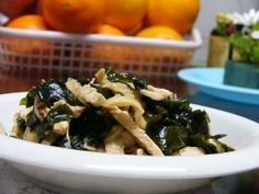 chicken wakame salad in ginger とりささみ&ワカメの生姜酢あえ (chicken breast, wakame) Wakame Salad, Japchae, Bento, Breast, Chicken, Ethnic Recipes, Food, Essen, Meals