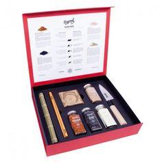 La tienda online gourmet y delicatessen Érase un gourmet vende productos para regalo como la sushi box de Regional Co., que contiene Scichimi Togarashi, Wasabi Powder, Shirogoma y Kurogoma. Incluye un auténtico cuchillo japónes, esterilla, 4 palillos, 2 cuentos y 2 reposa-palillos cerámicos hechos a mano