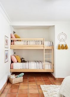 Shared room with bunk beds Bunk Bed Rooms, Bunk Beds Built In, Built In Beds For Kids, Room For Two Kids, Bunk Beds For Girls Room, Queen Bunk Beds, Comfy Bedroom, Girls Bedroom, Bedroom Decor
