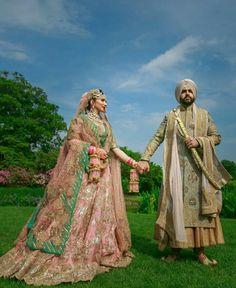 Poo 👑 Indian Wedding Poses, Pre Wedding Poses, Indian Bride And Groom, Bridal Poses, Sikh Wedding, Indian Bridal Wear, Punjabi Wedding, Pre Wedding Photoshoot, Indian Weddings