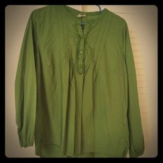 Old Navy Cotton Green Top Light and comfortable blouse with pleats at the top with buttons Old Navy Tops