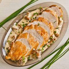 Przepis na pierś kurczaka w sosie kurkowym na słodkiej śmietanie bez dodatku mąki. Kurki mogą być świeże lub mrożone.