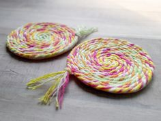 Easy Yarn Crafts, Yarn Crafts For Kids, Crafts To Make, Coaster Crafts, Diy Coasters, Weaving For Kids, Yarn Braids, Craft Projects, Craft Ideas