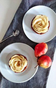 Des tartelettes crues aux poires et noix de pécan. Vegan, paléo, sans gluten, sans lactose, sans sucre ajouté et sans matière grasse ajoutée.