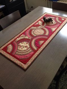 378 best images about Quilt: Table Runners & Candle Mats . Patchwork Table Runner, Table Runner Pattern, Quilted Table Runners, Place Mats Quilted, Circle Quilts, Quilted Table Toppers, Boho Home, Miniature Quilts, Table Accessories