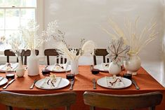 17 Thanksgiving Table Settings Sure to Wow Your Guests Thanksgiving Table Settings, Thanksgiving Centerpieces, Rustic Centerpieces, Christmas Tablescapes, Holiday Tables, Thanksgiving Recipes, Dried Flower Arrangements, Fall Arrangements, Dried Flowers