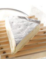 Brie de Meaux AOC  It is considered the king of cheese and is produced in the Champagne-Ardenne region from cow's milk. It has a creamy consistency and is aging as it can detect a slight nut flavor. It has a straw yellow color and velvety skin is white