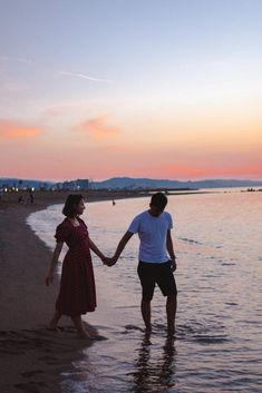 7 Fearsome Love Pictures Man And Woman Walking On Seashore And Holding Hands During Golden Hour hands Hand Pictures, Love Pictures, Pictures Images, Couple Pictures, Hand Images, Best Honeymoon Destinations, Romantic Destinations, Romantic Getaways, Matching Couple Gifts
