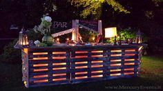 Upcycled pallet bar with lights bar en palette, wood pallet bar, pallet house, Wooden Pallet Bar, Outdoor Pallet Bar, Wood Pallets, Bar En Palette, Palette Diy, Mini Bars, Bar Vintage, Pallet Exterior, Homemade Bar