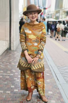 Mujer vestida con un conjunto tribal en color dorado