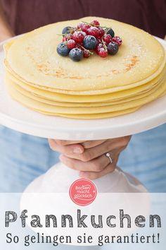 Diese einfachen, aber ungeheuer köstlichen Pfannkuchen kommen immer gut an! Pfannkuchen gehören ja allgemein zum Lieblingsessen vieler Menschen. Kein Wunder: Pancakes, Crêpes, Blini und Co sind nicht nur vielfältig, sondern auch schnell zuzubereiten. Und dieses Pfannkuchen Grundrezept ist zudem absolut gelingsicher. #pfannkuchen #pancakes #grundrezept #backenmachtgluecklich