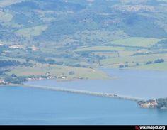 La isla Desolación forma parte del archipiélago de Tierra del Fuego ubicado en la región austral de Chile. Pertenece al sector que para su estudio se ha denominado como de las islas del NO de la Región de Magallanes y Antártica Chilena, provincia de Magallanes, comuna de Punta Arenas.  Foto: wikimapia.org www.wikipedia.org