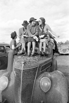 Chicas en un Ford en 1937. El largo de las faldas se alargó durante los años 30 frente a la década anterior