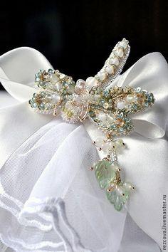 Брошь - стрекоза `Leticia`. Нежная, по размерами - небольшая брошь - стрекоза 'Leticia' в ручной вышивке.      Здесь бусины из красивого, интересного камня - из пренита, бусины из прозрачно - белого агата.   Подвеска снимается.