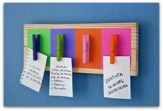 pinzas de cuatro colores chillones en una madera para que no te olvides de las cosas