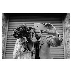Clic Clac ! Les mariés s'amusent avec leurs téléphones... Une idée à retenir et des animations à mettre en place avec Sharypic (à lire sur l'article lié) Photo Couple, Couple Photos, Animation, Great Shots, Marie, Wedding Photography, Selfie, Couples, Place