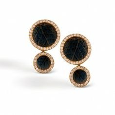 These luxurious 18K yellow earrings add .55ctw of round white Diamonds to this uniquely colorful pattern. DE181