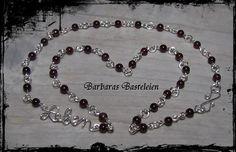 """Diese romantische Kette habe ich aus versilbertem Kupferdraht und kleinen Granat-Perlen gefertigt.    Das Wort""""Leben"""" habe ich aus ebenfalls aus versi"""