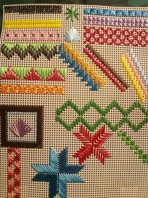 Discover thousands of images about Mostruário Bargello Needlepoint, Broderie Bargello, Needlepoint Stitches, Swedish Embroidery, Hardanger Embroidery, Hand Embroidery Stitches, Cross Stitch Embroidery, Embroidery Patterns, Plastic Canvas Ornaments