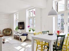 Blauw, geel en nog meer kleur in deze woonkamer. Meer wooninspiratie ...