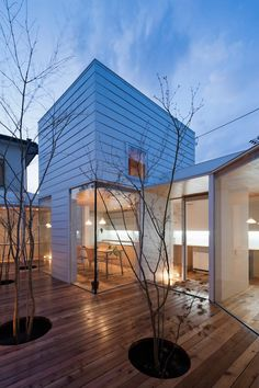 Modern Japanese architecture - Sky catcher house in Japan - Patio house offers privacy and intimacy. The height of the roof was kept to a minimum to maximize views to the sky. Architecture Design, Installation Architecture, Japanese Architecture, Beautiful Architecture, Beautiful Buildings, Residential Architecture, Contemporary Architecture, Beautiful Homes, Building Architecture