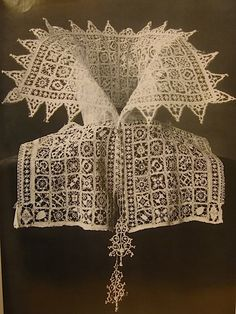 Antique Venetian Reticella lace collar with sharp points (c.1610). Attributed to…
