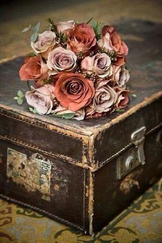 Love old trunks. Vintage Shabby Chic, Vintage Love, Shabby Chic Decor, Rustic Decor, Vintage Flowers, Vintage Pink, Vintage Suitcases, Vintage Luggage, Decoration Patisserie