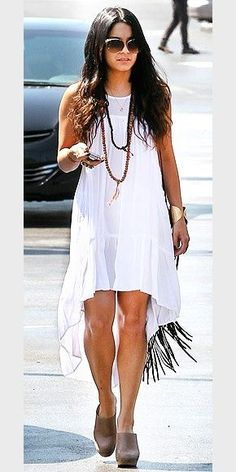Vanessa Hudgens in a Windsong dress by Local Celebrity. Love the bohemian combo of the dress and clogs. Source by kfkt Dresses Vanessa Hudgens Dress, Style Vanessa Hudgens, Cameron Diaz Style, Boho Chic, Boho Fashion, Fashion Beauty, Style Fashion, Look Festival, Bohemian Schick