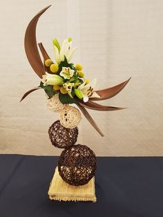 La trinité - expo Tips For Decorating With a Floral Pattern It can be a little intimidating to try a Contemporary Flower Arrangements, Tropical Floral Arrangements, Flower Arrangement Designs, Flower Arrangements Simple, Flower Designs, Arte Floral, Art Floral Noel, Deco Floral, Ikebana Arrangements