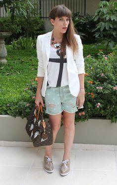 Esses dias uma leitora pediu idéias de looks com blusa branca. Ela disse que está em uma fase de cores claras… Gostei da idéia e fiz virar post! Saí caçando aqui em J&M todas as minhas produções com essa peça. Achei camisa, camiseta, paletó… Resolvi escolher meus 10 preferidos para inspirar vocês. Mas dei uma …