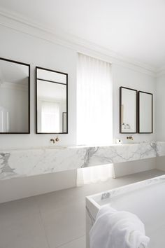 Salle de bain élégante en marbre blanc | Marble bathroom by Smart Design.