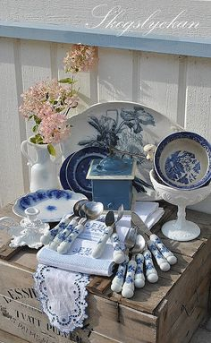 blue and white shabby chic Blue And White China, Blue China, Love Blue, Shabby Style, Blue Dishes, White Dishes, Blue Onion, Blue Rooms, Deco Table