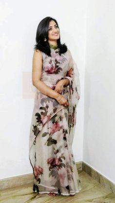 elegant saree party wear ~ elegant saree + elegant saree party wear + elegant saree classy + elegant saree color combinations + elegant saree look + elegant saree for farewell + elegant saree with price + elegant saree receptions Floral Print Sarees, Saree Floral, Printed Sarees, Silk Saree Blouse Designs, Saree Blouse Patterns, Trendy Sarees, Stylish Sarees, Simple Sarees, Kaftan