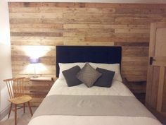 Pallet Wood Wall #PalletBeroomWall, #PalletWall, #ReclaimedWood