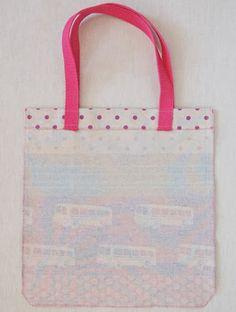 Com a chegada destes dias de Sol, as Tote Bag são a grande tendência. Feitas com tecidos super originais e divertidos, são perfeitas ...