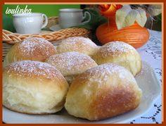 Ve vlažném a oslazeném mléce necháme vzejít kvasnice. Vykynutý kvásek vlejeme do mísy s moukou, solí, rozpuštěným máslem a vejcem. Vypracujeme... Home Baking, Hamburger, Bread, Cooking, Food, Basket, Get Well Soon, Kuchen, Kitchen