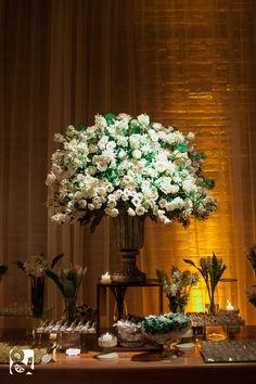 Decoração Branca - Arranjo de Flores Branco e Verde para mesa de doces em casamento sofisticado.
