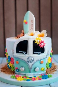 Ideas para tener una fiesta ultra Hippie Hippie-surf cake design with VW camper van, made with chocolate, cream cheese and blackberries.Hippie-surf cake design with VW camper van, made with chocolate, cream cheese and blackberries. Pretty Cakes, Cute Cakes, Beautiful Cakes, Amazing Cakes, Fondant Cakes, Cupcake Cakes, Cake Cookies, Crazy Cakes, Fancy Cakes