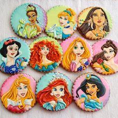 Tutte principesse insieme. Biscotti decorati con ghiaccia reale #disneyprincess #princesscookies #disneyparty #disneyprincesscookies