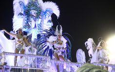 Integrantes da Portela sambam no topo de carro alegórico no Rio de Janeiro