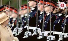 Książę Harry wymienia uśmiechy z babcią, królową Elżbietą II, podczas parady w akademii wojskowej w Sandhurst