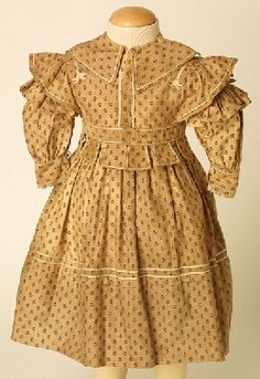 Girl's dress in yellowish fawn cotton satin, printed with small sprig design in puce; wide rounded n Victorian Children's Clothing, Antique Clothing, Historical Clothing, 1800s Fashion, Vintage Fashion, Period Outfit, Fashion History, Kids Outfits, Vintage Outfits