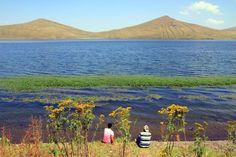 Balık gölü/Ağrı/// Balık Gölü, Doğu Anadolu Bölgesi'nde, Aras Dağları üzerinde Türkiye'nin en yüksek göllerinden biridir. Ağrı ili sınırları içerisinde yer alan ve oluşum bakımından lav set gölü olan bu göl, 30 km² alana sahiptir.