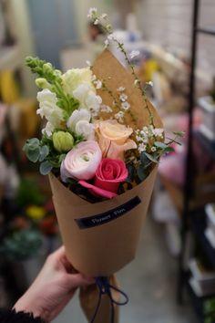 대전꽃집 둔산동꽃집 졸업식꽃다발 2월 졸업식이 시작되었습니다. 고객님들께서 구매해가신 꽃다발 사진을 ...