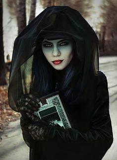 ideas para halloween, bruja malvada en negro, mirada profunda con lentes de contacto, labios en rojo y negro
