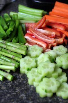 お花のクッキー型を使えばきゅうりもこんなに可愛らしく!その他にスティック状にカットした野菜も用意します。