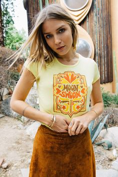 Moon Swoon - Vintage inspired - - Women's graphic yellow ribbed retro ringer t-shirt - Chemise Vintage 2019 70s Outfits, Vintage Outfits, Hippie Outfits, Cute Outfits, Retro Fashion 60s, 70s Inspired Fashion, 70s Fashion, Fashion Vintage, Fashion 2018