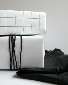 monochrome christmas presents  diy grid wrapping paper Hege in France
