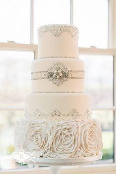 wedding cake / gâteau de mariage blanc et argenté. On le voit très bieb pour un mariage élégant ou bien un mariage en hiver